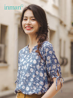lindas blusas curtas venda por atacado-Inman 2019 Verão Nova Chegada Lindo Laço Do Pescoço Rendas Curto Impressão Literária Mulheres Blusa Y19071201