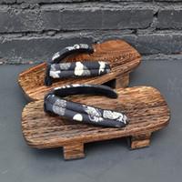 ingrosso scarpe con tacco in legno-Mazefeng 2019 Unisex in legno tradizionale giapponese zoccoli Geta Coppia Naruto Ninja Cosplay scarpe tacco infradito sandali all'aperto