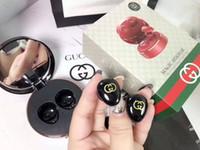 бренды для гарнитур оптовых-Дизайнерская Bluetooth-гарнитура Марка Беспроводная Bluetooth-гарнитура Спортивная встроенная гарнитура, включая зарядное отделение с зеркалом для макияжа 3 цвета