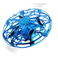 mão helicóptero brinquedo venda por atacado-UFO Bola Voando Brinquedos Gravidade Desafiando Controlado Por Mão Helicóptero de Suspensão crianças Brinquedo Indução Infravermelho Quadcopter UFO Frete Grátis