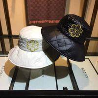 top bonés bonés venda por atacado-Os lindos chapéus flat-top de luxo para homens e mulheres de camélia bordam as tampas decorativas do cinto com tampas respiráveis de alta