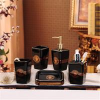 elegante flaschen groihandel-Weiß Schwarz Keramik Bad-Accessoires Elegante 5/6 Stück Badezimmer Sets mit Zahnbürstenhalter / Soap Flasche / Seifenschale und Cup
