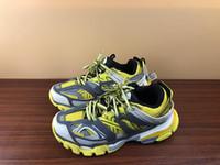 zapatos de vestir grises al por mayor-New Fashion Track Entrenadores Hombres Mujeres Deportes Zapatos para correr Vestido de diseñador Zapatilla de deporte Amarillo gris Lujo Paris Zapatos sucios papá con caja