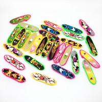 scooter de plástico venda por atacado-Mini Multicolor Plástico Finger Slide Board Quatro Rodas Scooter Crianças Mãos Brinquedos Skate Board Esporte Ao Ar Livre JMMA2244