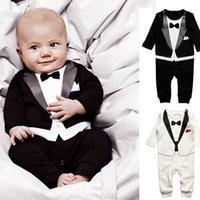 mameluco largo negro blanco al por mayor-2019 New Cute Retail Baby Boys Juego de traje de algodón blanco negro para niños de manga larga estilo caballero Body Romper de niños Conjuntos 4 tamaños