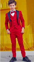 niños de esmoquin rojo al por mayor-Red Boy Wedding Tailcoat Ocasiones formales Esmoquin Peak Lapel Kids Wedding Tuxedos Traje de niño Ropa de fiesta Chaqueta Pantalones Chaleco de lazo