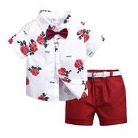 baby-outfit rot großhandel-1-7 Jahre Baby-Designer kleidet weißes Blumenhemd mit V-Ausschnitt + rote Hosen der kurzen Hosen 2pcs Jungenkleidungssatzkindersommer outwear aus