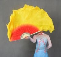 abanicos amarillos al por mayor-El abanico de seda de seda grande de la danza de vientre de la graduación del amarillo grande clasifica pares (1L + 1R) abanico plegable de bambú del velo de seda chino 16