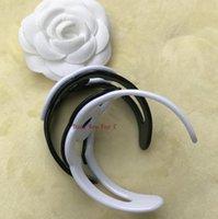 ingrosso bangles bianco-2018 New Fashion braccialetti acrilici hollow-out logo accessori moda simbolo della moda bangle di lusso in colore bianco o nero regalo del partito