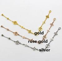 anel de pulseira de renda flor rosa venda por atacado-Encantador Carta de Design Pulseiras de Aço Inoxidável Pulseiras com 3 cores rosa de ouro / ouro / prata Escolher Pulseira para Mulheres Dos Homens