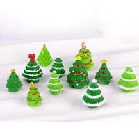 ingrosso ornamenti di albero della resina-Fairy Garden Miniature Christmas Tree Resin Craft Piante Decorazione della casa Terrario Figurine Decorazione di Natale Carino Ornamento da giardino