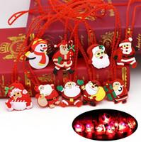 niños colgantes intermitentes al por mayor-Luz LED de Navidad para arriba que destella Collar de niños de los niños de hasta Glow Party Colgante de Santa Claus Navidad de la historieta de vestir Decoración apoyos FFA3230