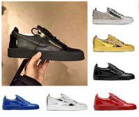 zapatos blancos hebillas de oro hombres al por mayor-Eu 2020 zapatillas de deporte de diseño hebilla de alta gama de la marca mate de cuero de gamuza Negro Oro Hombres Mujeres rojo blanco Cremallera-top zapatos casuales zapatos planos