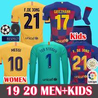 26 jersey venda por atacado-ERKEKLER + ÇOCUKLAR 2019 2020 Barcelona Soccer Jersey Futbol Forması  Futbol Tişörtleri 19 20 Barca Messi DE JONG GRIEZMANN Rakitic Fotoball Forması Setleri Üniforma Kitleri