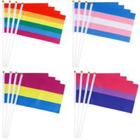 acena as mãos venda por atacado-Rainbow Gay Pride Bandeira 14x21CM Colorido Listrado Mão Mini Bandeira Comemorar Decoração de Festa de Aniversário Acenando a Mão Bandeira TTA1098