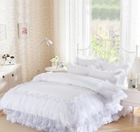 ingrosso biancheria da letto bianca-4Pieces White Lace Copriletto principessa solido Colore Lacework Bedding Set Re Regina size Set Copripiumino Cotone Bed Gonna Home Textile