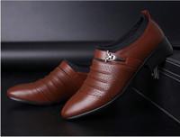 erkek kahverengi yüksek elbise ayakkabıları toptan satış-2019 yaz siyah kahverengi beyaz erkek deri ayakkabı mens sivri burun elbise ayakkabı yüksek kaliteli resmi kayma oymak sandalet adam