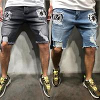 yeni renkler kot erkekler toptan satış-Erkek 2019 Yeni 2 Renkler Yama Desen Sıska Kısa Kot Erkekler için Yaz Yırtık Kot Pantolon Homme Capri Pantolon erkek