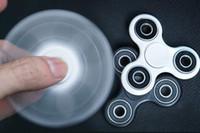 material de autismo al por mayor-Blanco Negro Tri Spinner Fidget Toy Plastic EDC Hand Spinner para autismo y ADHD Material ABS