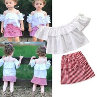proveedores de ropa para niñas al por mayor-2019 Summer Cute Girls ropa Kids White Top Off shoulder + Red Plaid falda 2pcs conjunto Trajes arco manga China fábrica Proveedor