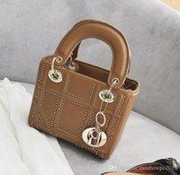 elmas çıkışları toptan satış-Fabrika outlet marka kadın çanta klasik elmas çanta trendi Joker elmas deri omuz çantası moda perçin Messenger çanta