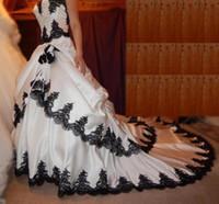 desfiles de desnudos negro al por mayor-Vestidos de novia góticos en blanco y negro Encaje Apliques Niveles Vestido nupcial Respaldo largo Cordones Vestidos de novia elegantes de satén
