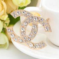 satılık broşlar toptan satış-Toptan Tasarımcı Broşlar Lüks Mektubu Rhinestone Broş Pin Moda Marka Korsaj Broş Kadınlar Takı Kostüm Dekorasyon Sıcak Satış