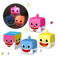 plastikwürfel babyspielzeug großhandel-3 Farben 5,5 cm LED Musik Cube Baby Shark Kunststoff Spielzeug Cartoon Musik Shark Action-figuren Kinder Geschenke Neuheit Artikel 180 stücke