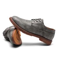 hombre tallar zapatos al por mayor-2019 Nuevo coreano casual zapatos de suela gruesa de cuero de los hombres zapatos Oxford estilo británico Retro tallado Bullock hombres formales vestido C4