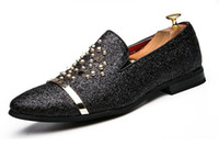 черные мокасины серебряные шипы оптовых-Высокое качество мужчины мокасины серебро черный бриллиант стразы шипами мокасины заклепки обувь мужской дизайнер свадебные туфли
