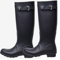 kadınlar için yüksek lastik çizmeler toptan satış-Tasarımcı Diz Yüksek Uzun Boylu Yağmur Çizmeleri Marka Rainboots Su Geçirmez Çizmeler Ayakkabı Erkekler Kadınlar Için Kauçuk Mat Parlak Rainboots yaz Rainshoes C8602