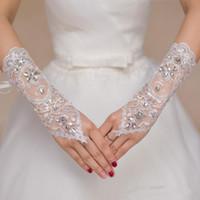 guantes de red blancos al por mayor-2019 Guantes de novia de novia de encaje corto Guantes de boda Cristales de cuentas Accesorios de boda Guantes de encaje para novias Sin dedos por debajo del codo
