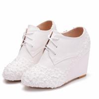 botas de cuña zapatos de boda al por mayor-Botas de cuñas blancas Zapatos de cuñas de boda Tacones altos Botas de tobillo con punta redonda Botas con cordones Princesa de boda Botas de Navidad