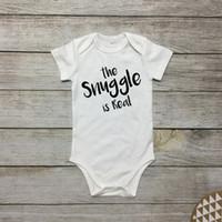 niedliche junge onesies groihandel-Nettes Baby Onesies neugeborenes weißes Bodysuit-Kind Das snuggle ist realer Buchstabedruck Baumwollbaby-Mädchenkleidung 2019 Sommer-preiswerter Großverkauf