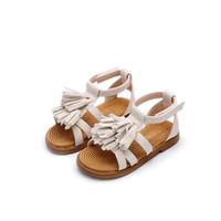 zapatos blancos borlas planas al por mayor-Nueva moda de verano niña de la borla de la playa sandalia niño de malla zapato niños suave princesa blanca pisos