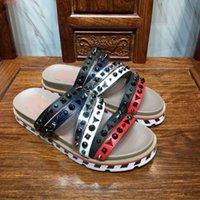sapato masculino único venda por atacado-Os calçados masculinos da marca da tendência da forma 2019 adotam a tela importada do couro, pontilhada com elementos do rebite, praia dos deslizadores dos homens elegantes e originais
