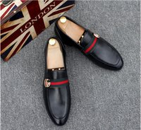 vestidos ocasionales de oro blanco al por mayor-Nuevos hombres de lujo Moda negro blanco Zapatos casuales Brillo dorado Ocio Resbalón en remaches Mocasines Zapatos de fiesta de hombre Zapatos de vestir de escarda 38-45