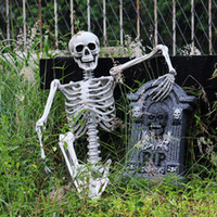 casas de plastico para niños al por mayor-Decoración de Halloween de la casa encantada de 90cm cráneo de plástico esqueleto para Halloween Cosplay del esqueleto infantil 100% de plástico