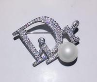cadeau broche perle achat en gros de-Créateur de mode lettre D broche avec cristal perle vêtements décoration luxe broches broches pour les femmes cadeau