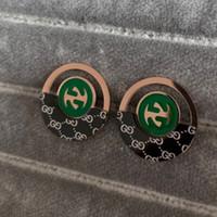 altın kaplama tungsten takı toptan satış-Yüksek Kalite Ünlü Marka Takı Moda 316L Paslanmaz Çelik Stil deluxe gül Altın Kaplama yeşil mektup Küpe Erkekler Kadınlar Için
