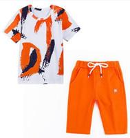 erkek çocuk takım elbise toptan satış-2019 Yeni Yaz Stil çocuk Kısa kollu şort takım elbise moda Erkek Beyaz turuncu serisi Yaz Ince kesit pamuklu elbise giymek