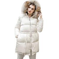 casacos de inverno elegantes e brancos venda por atacado-Casacos de inverno Branco Grande Gola De Pele Para Baixo Casaco Básico Feminino 2018 Nova Moda Fina Elegante Com Capuz Rendas Mulheres Casaco De Penas HJ75