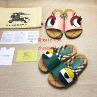 zapatillas lindas para chicas al por mayor-Más nuevo marca de cuero de los niños lindos dibujos animados carta de impresión zapatillas de moda Boy Girl goma suela de verano antideslizante playa deslice la sandalia off-w2