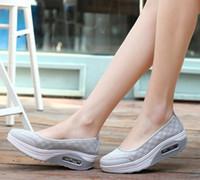 mulheres forma casual venda por atacado-Venda quente-Moda Malha Tenis Sapatos Casuais Forma Ups grosso salto baixo Mulher enfermeira Sapatos de Fitness Cunha Sapatos Balanço mocassins plus size 40 41 42