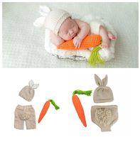 strickt für babyfotografie großhandel-Neugeborene Häschen häkeln Fotografie Sets Baby Fotografie Requisiten Kaninchen Radieschen stricken Kostüm Halloween Ostern Säugling Cosplay Kleidung C6003