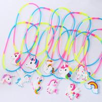 kauçuk bebek çocuk toptan satış-Gökkuşağı Unicorn Kolye Takı karikatür bebek yeni Kolye Kauçuk Oyuncaklar PVC Zincir Takı Aksesuarları Doğum Günü Partisi Çocuk Kız En Iyi