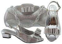 afrikanischen stil schuhe großhandel-Am beliebtesten Silber Lady Kätzchen Schuhe passen Handtasche mit Strass und Fliege Stil afrikanische Schuhe und Tasche für Kleid MM1080
