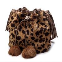 bolsos de diseñador de imitación al por mayor-Leftside suave del Faux de piel de conejo cubo bolsa para las mujeres 2018 del diseñador del invierno del leopardo caliente bolso de los bolsos de hombro de la felpa bolsas de mensajero