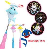 brinquedo de plástico leve venda por atacado-Tubarão LED flash vara música luz crianças puzzle para meninos meninas dos desenhos animados de plástico alça de festa favor de dança adereços brinquedo crianças FFA2692