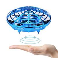 ingrosso elicottero giocattolo elettronico-Giocattolo elettronico elettrico per bambini Mini-drone a induzione Drone Aircraft Ball UFO Flying Hand Magic Ball elicottero antideflagrante